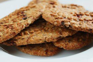 Cookies, also Kekse auf einem Teller